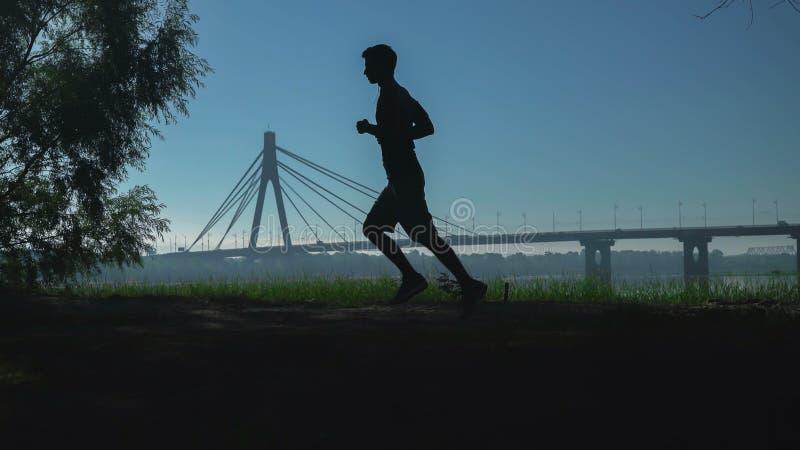 Muchacho en la ciudad que hace ejercicios de la mañana fotografía de archivo