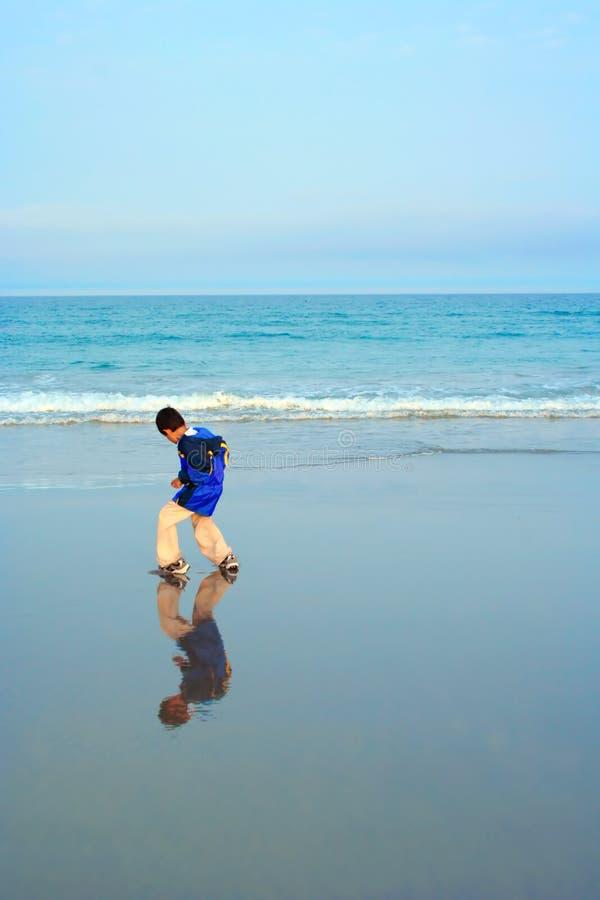 Muchacho en la playa imagen de archivo