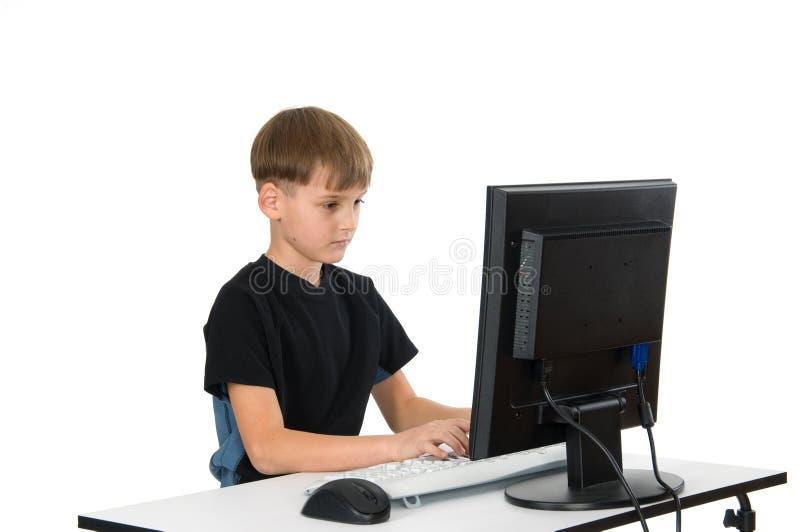 Muchacho en su ordenador imagen de archivo