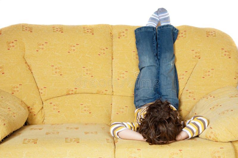 Muchacho en un sofá fotografía de archivo