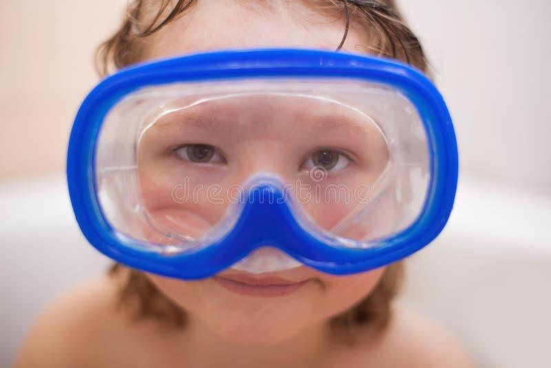 Muchacho en una máscara de la natación imágenes de archivo libres de regalías