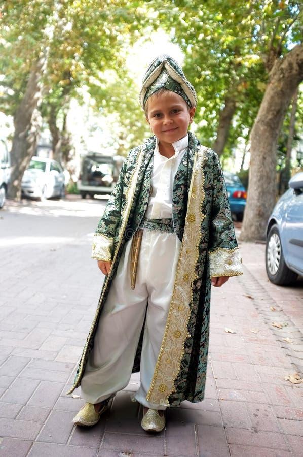 Muchacho en vestido de la circuncisión foto de archivo libre de regalías
