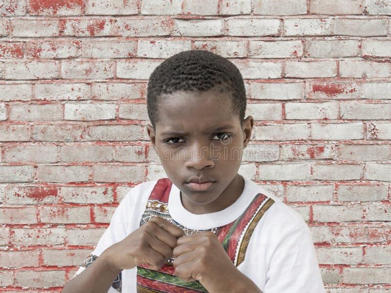 Muchacho enojado del Afro, puños apretados, diez años foto de archivo libre de regalías