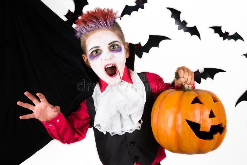 Muchacho fantasmagórico con un traje de Halloween de un vampiro Drácula imagen de archivo