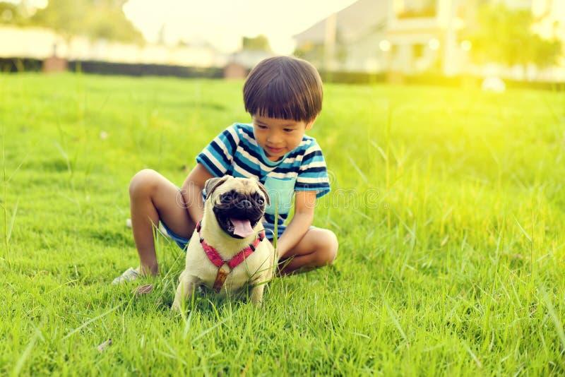 Muchacho feliz con el perro foto de archivo