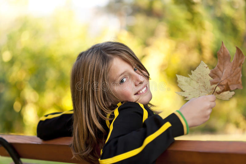 Muchacho feliz con las hojas de otoño foto de archivo libre de regalías