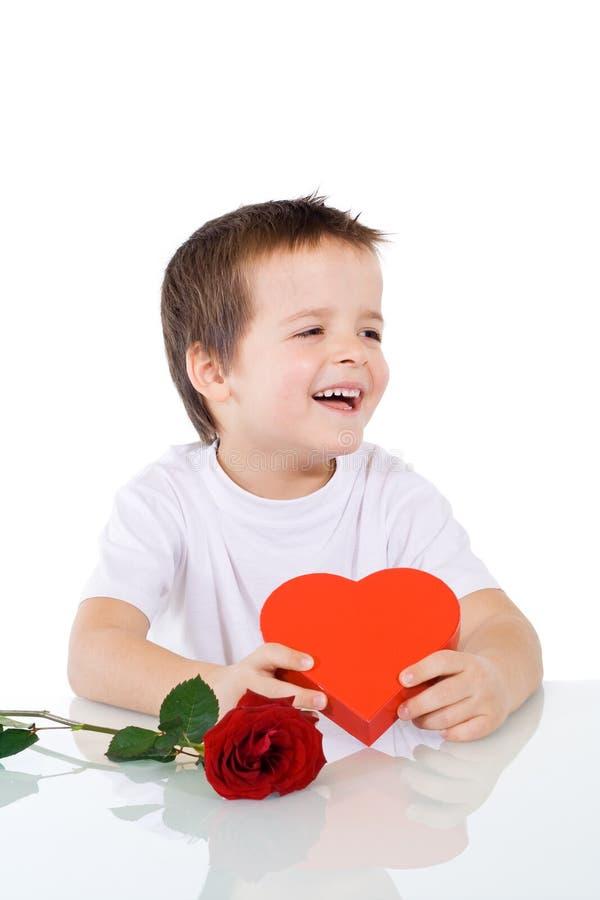Muchacho feliz con las tarjetas del día de San Valentín o el presente de cumpleaños foto de archivo