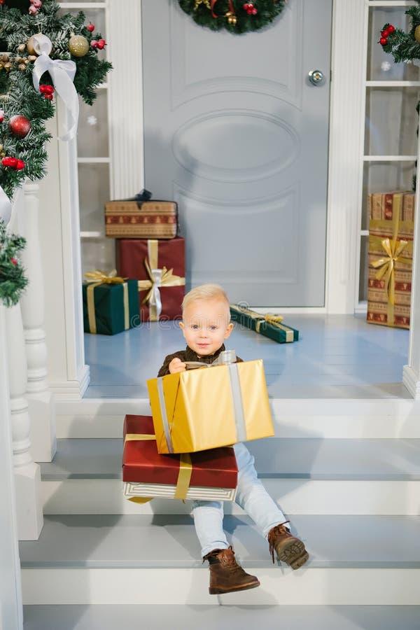 Muchacho feliz con los regalos a disposición imagen de archivo