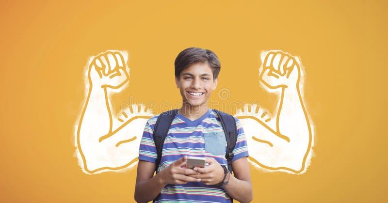 Muchacho feliz del estudiante con los puños gráficos usando un teléfono contra fondo amarillo imagenes de archivo