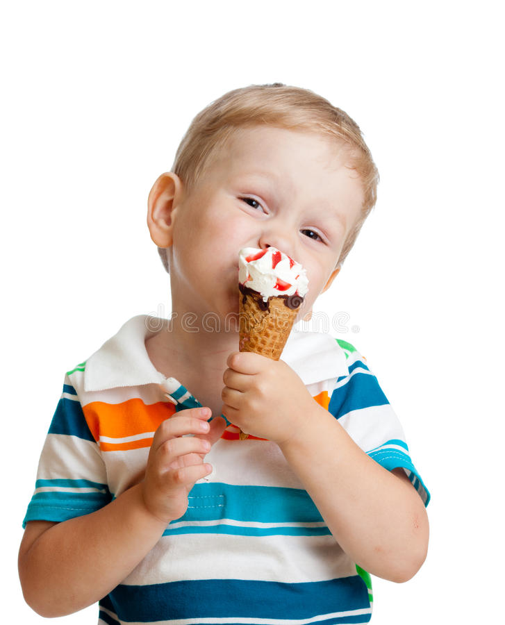 Muchacho feliz del niño que come el helado aislado imágenes de archivo libres de regalías