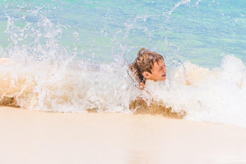 Muchacho feliz del niño que se divierte en el agua, vacat tropical del verano imagen de archivo libre de regalías