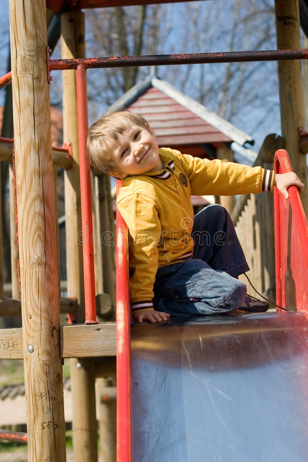 Muchacho feliz en diapositiva fotografía de archivo