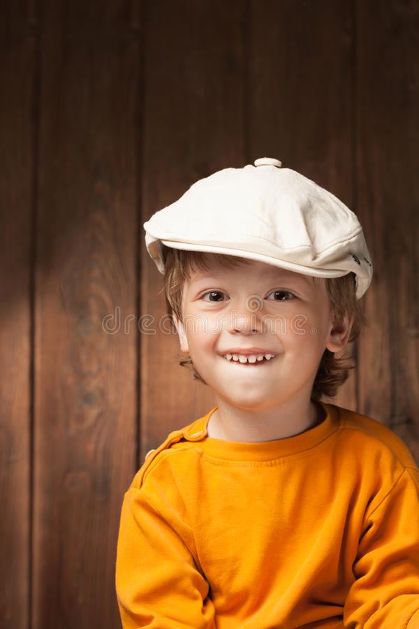 Muchacho feliz en el fondo de madera del tablón imagenes de archivo