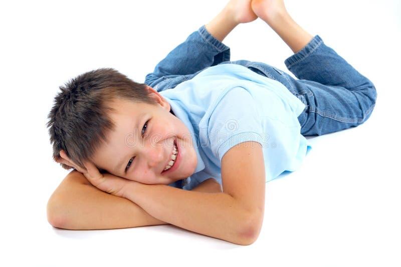 Muchacho feliz en el suelo imagenes de archivo