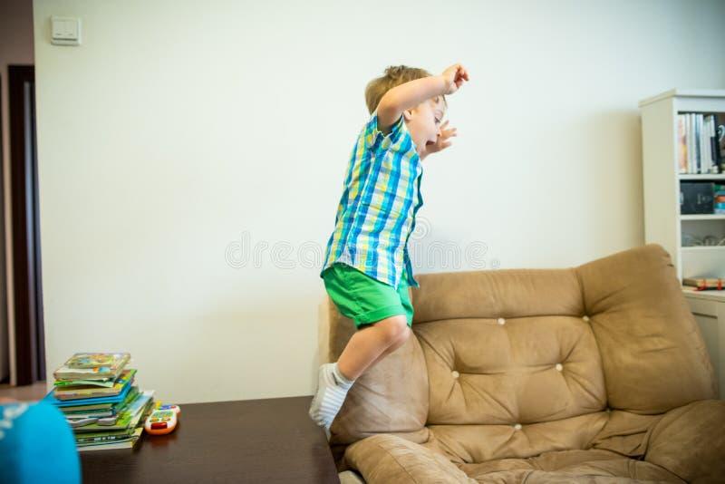 Muchacho feliz Niño de salto fotos de archivo libres de regalías