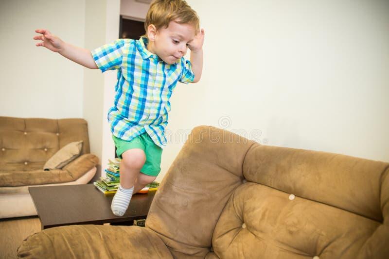 Muchacho feliz Niño de salto fotografía de archivo libre de regalías