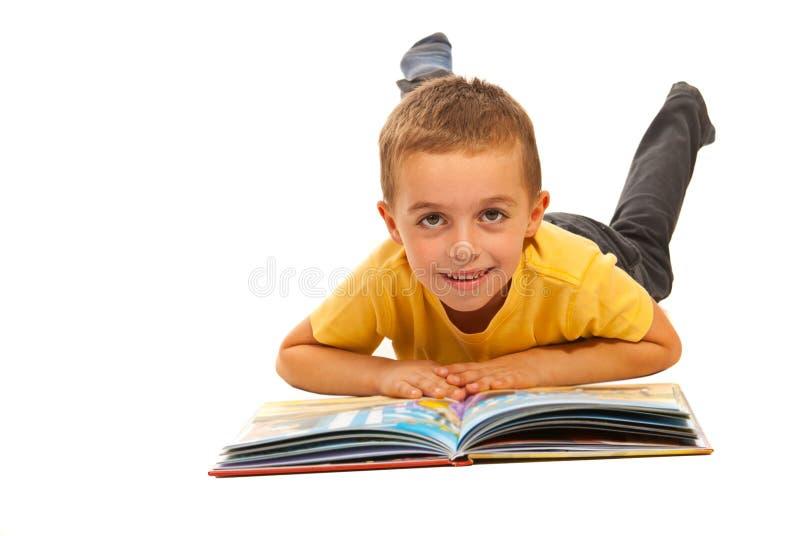 Muchacho feliz que lee una historia imágenes de archivo libres de regalías