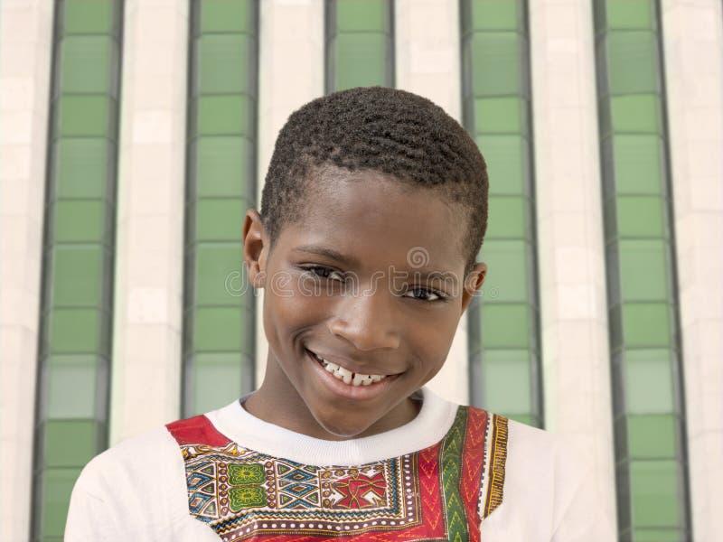 Muchacho feliz que sonríe, diez años del Afro fotografía de archivo libre de regalías