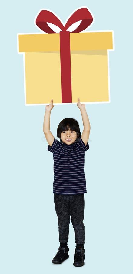 Muchacho feliz que sostiene una caja de regalo imágenes de archivo libres de regalías