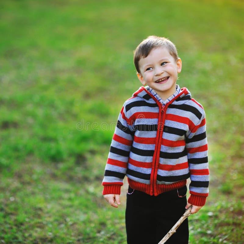 Muchacho feliz sonriente - retrato al aire libre fotos de archivo