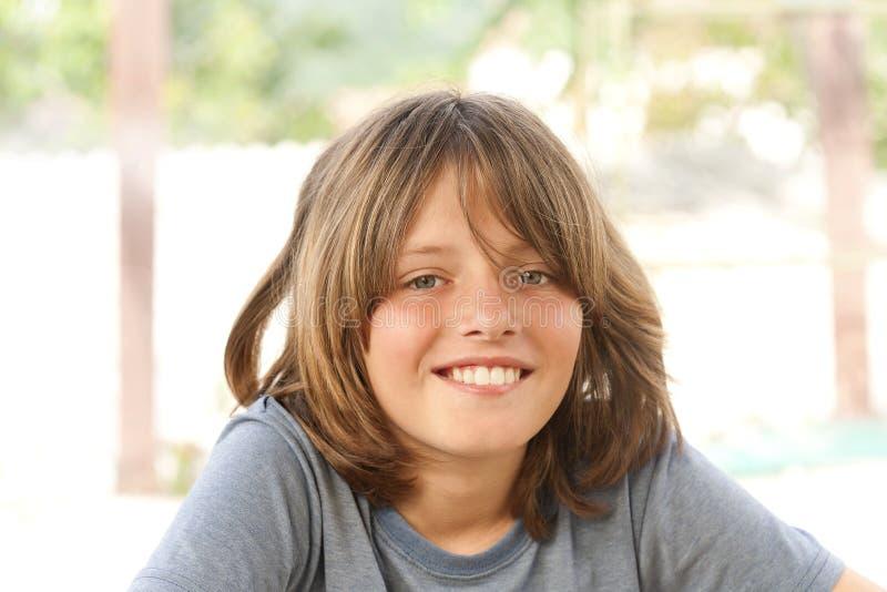muchacho feliz y alegre fotografía de archivo