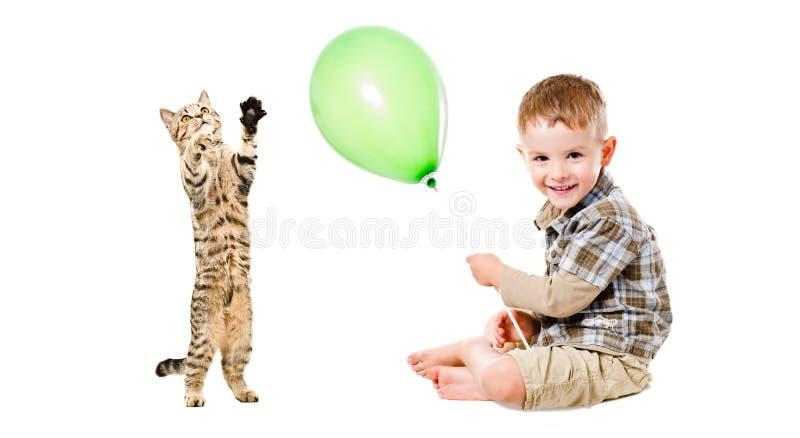 Muchacho feliz y gatito juguetón imagen de archivo