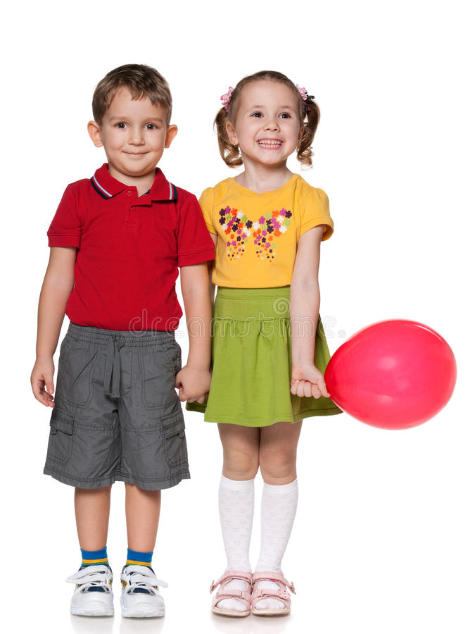 Muchacho feliz y una muchacha con el globo fotografía de archivo libre de regalías