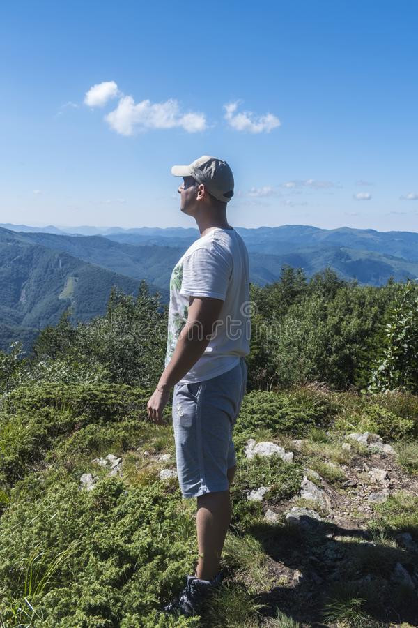 Muchacho fresco en las montañas Una vista increíble del Troyan Balcan La montaña cautiva con su belleza, aire fresco, un sentido  foto de archivo