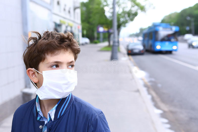 Muchacho hermoso del preadolescente en máscara protectora fotografía de archivo libre de regalías