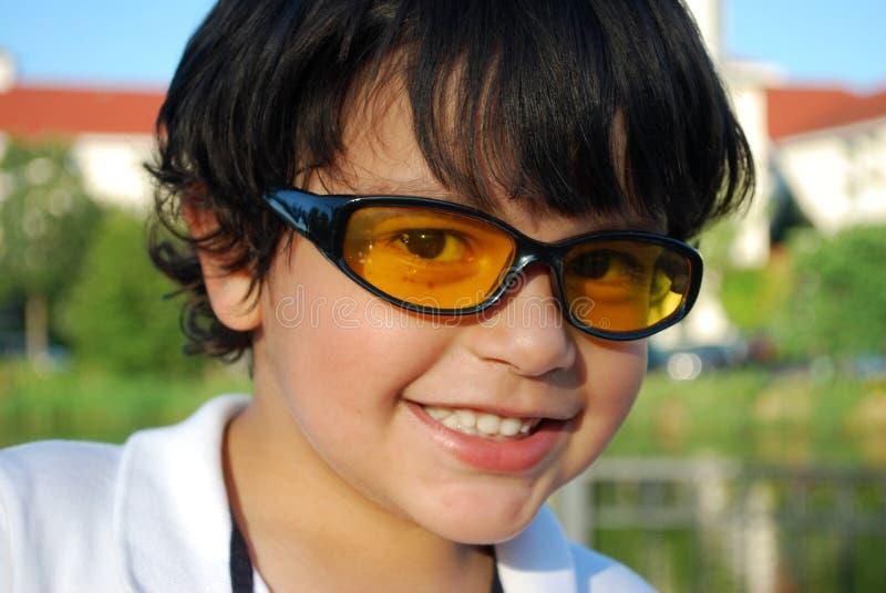 Muchacho hispánico adorable en gafas de sol fotografía de archivo
