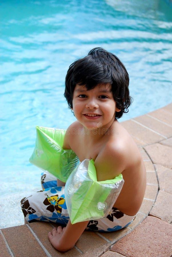 Muchacho hispánico adorable por la piscina imagen de archivo libre de regalías