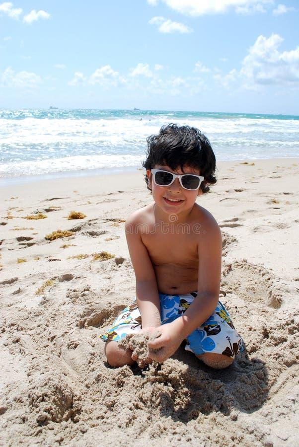Muchacho hispánico adorable por la piscina foto de archivo libre de regalías