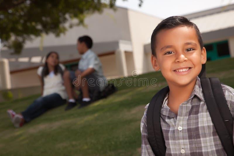 Muchacho hispánico joven feliz listo para la escuela imagenes de archivo