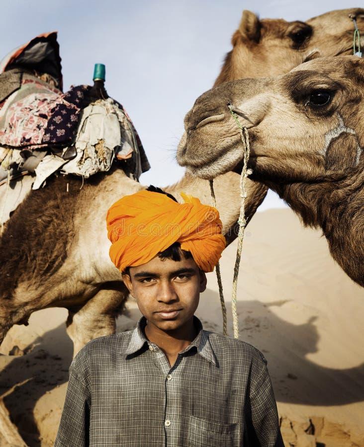 Muchacho indio joven con los camellos imagen de archivo libre de regalías