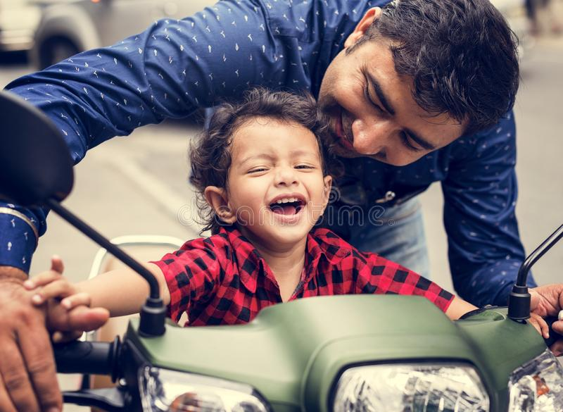 Muchacho indio joven que monta el motobike fotografía de archivo