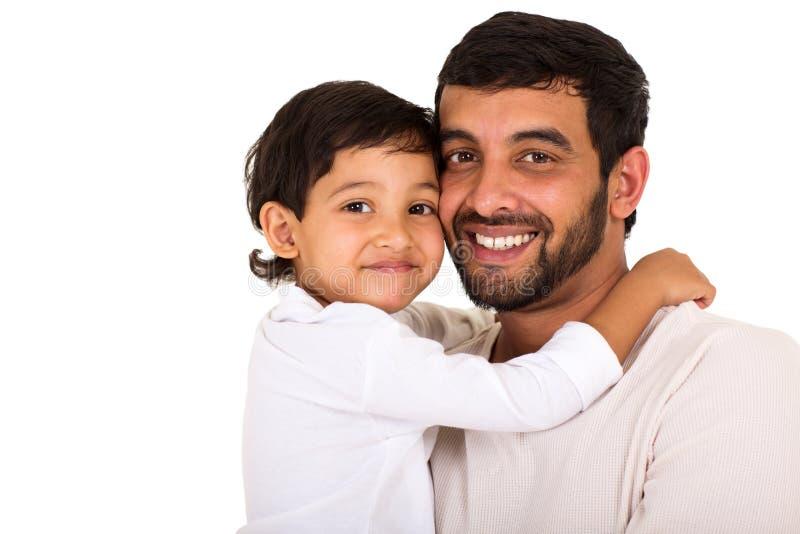 Muchacho indio que abraza al padre fotografía de archivo libre de regalías