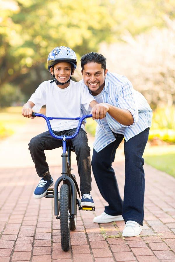 Muchacho indio que aprende la bici fotos de archivo libres de regalías