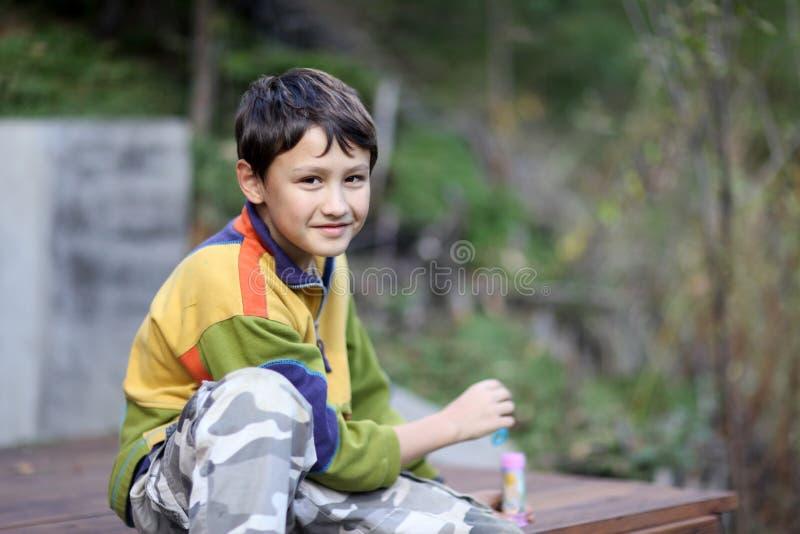 Muchacho joven al aire libre imágenes de archivo libres de regalías