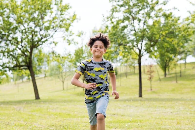 Muchacho joven apto feliz que corre hacia la cámara imagen de archivo libre de regalías