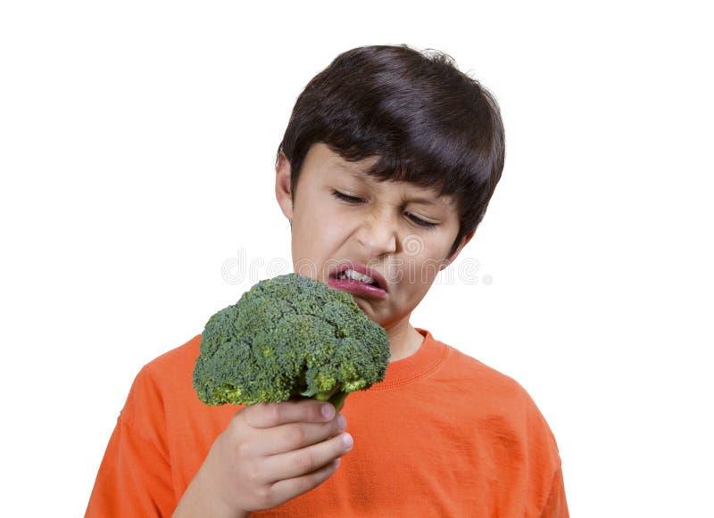 Muchacho joven con bróculi foto de archivo