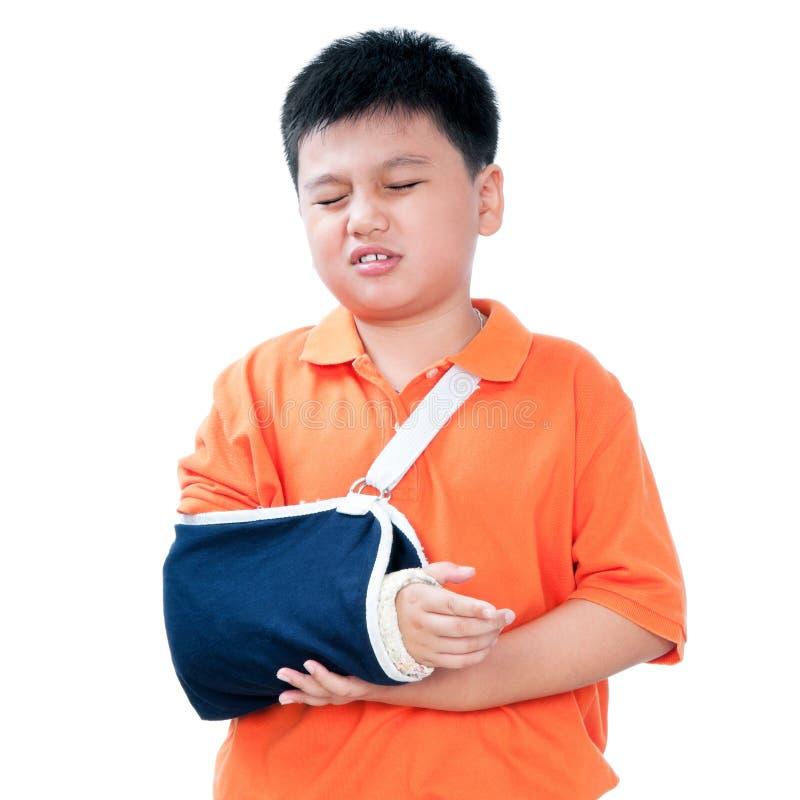 Muchacho joven con el brazo quebrado en molde de yeso imagen de archivo libre de regalías