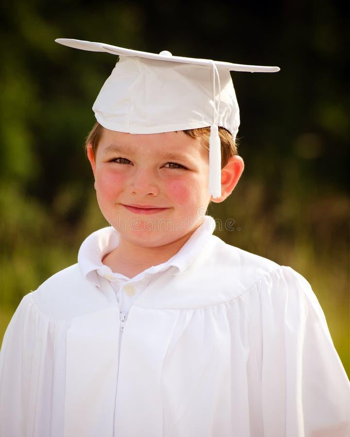 Muchacho joven con el casquillo y el vestido imágenes de archivo libres de regalías