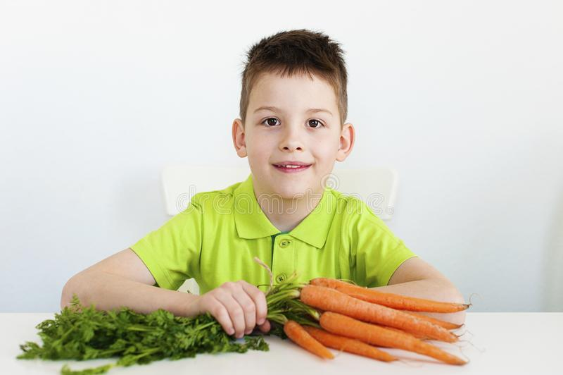 Muchacho joven con la zanahoria fotografía de archivo