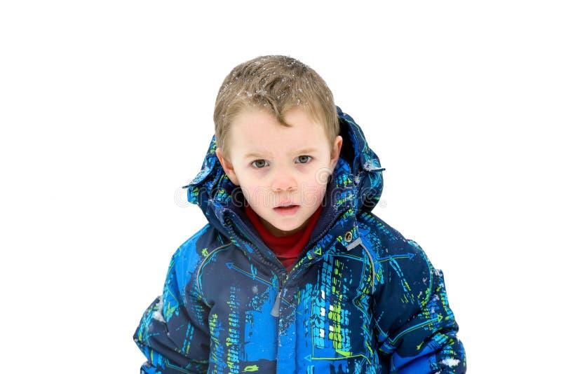 Muchacho joven con los copos de nieve en su pelo - aislado imagenes de archivo