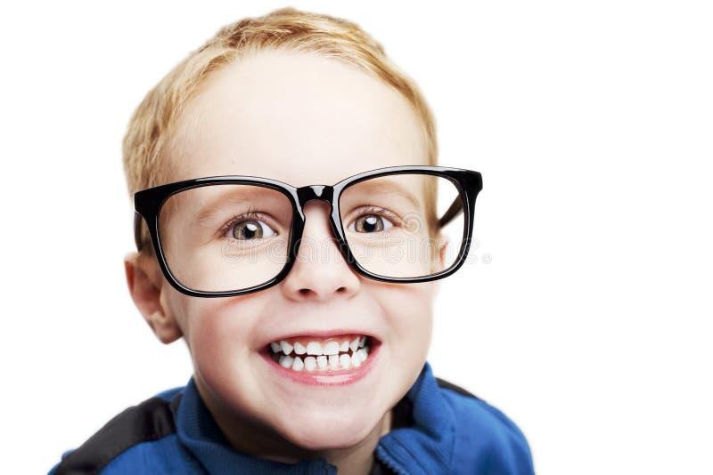 Muchacho joven con los vidrios grandes en un fondo blanco imagenes de archivo