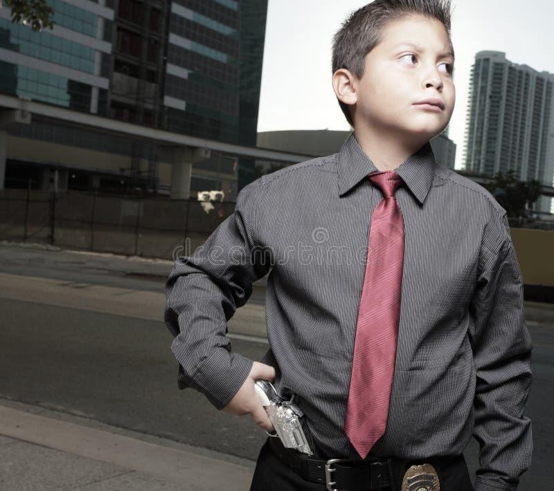 Muchacho joven con un arma en su cintura imagenes de archivo