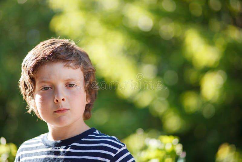 Muchacho con una actitud fotos de archivo