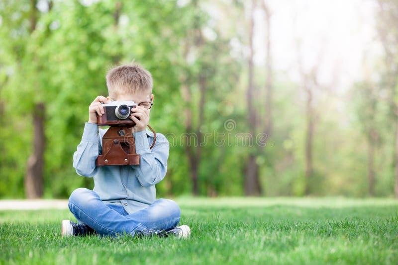 Muchacho joven con una cámara del vintage foto de archivo libre de regalías
