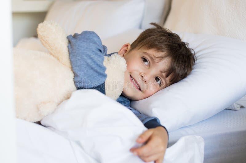Muchacho joven en cama imagen de archivo libre de regalías