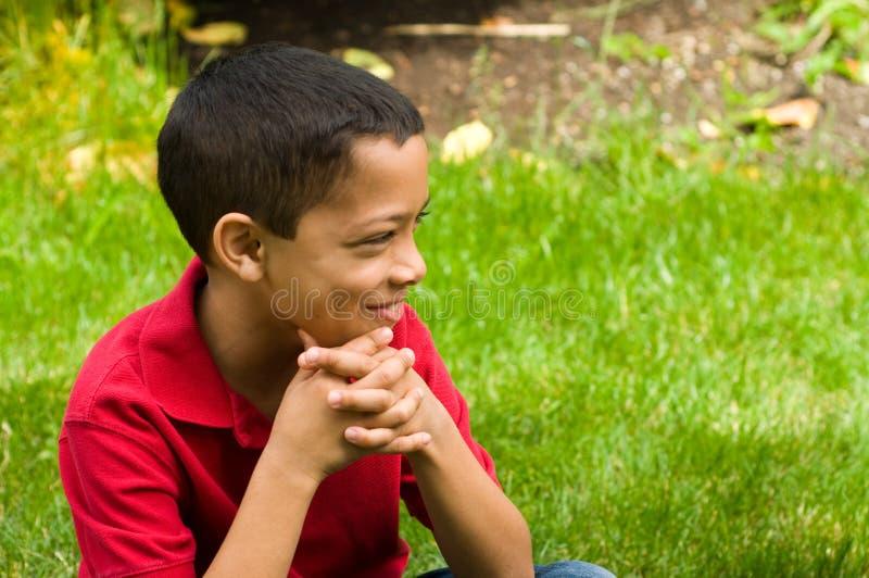 Muchacho joven en el jardín.   foto de archivo